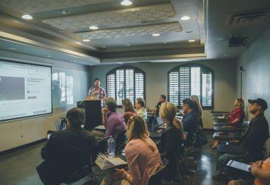 Conferència de màrqueting a una petita classe