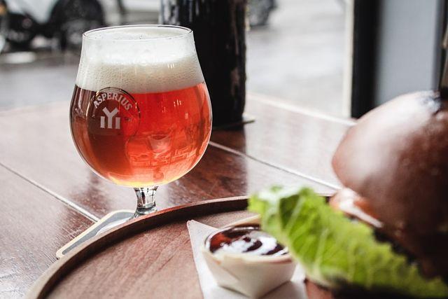 Cervesa artesanal acompanyada d'una hamburguesa