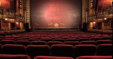 Interior d'un teatre vist des de les butaques