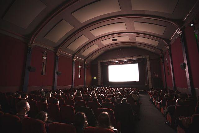 Gent gaudint d'una obra de teatre