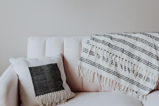 sofà amb coixí i manta