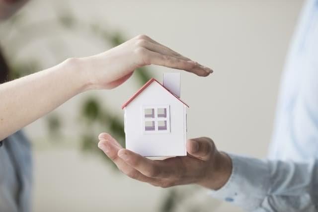 mans que envolten figura d'una casa. assegurança d'inquilí