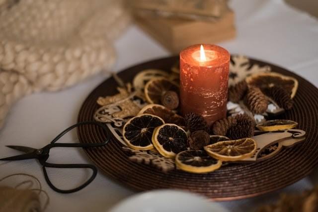 flors seques i espelma decoració de tardor