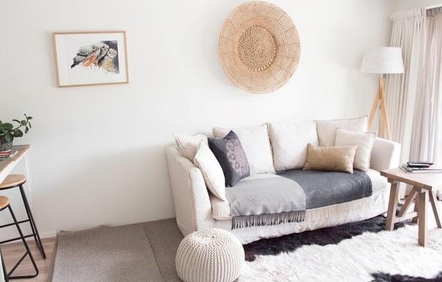 menjador amb sofa i decoració de tardor