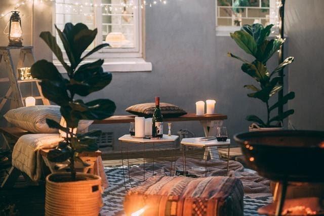 menjador càlid amb decoració de tardor