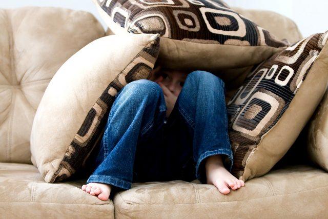 nen amagat en el sofà que no vol veure marató de sèries