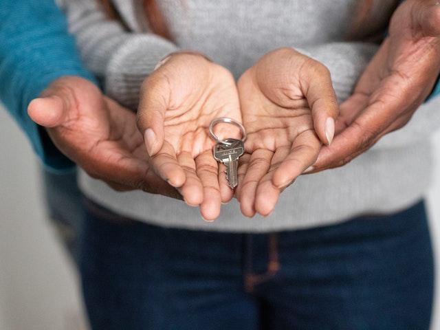 Nous propietaris amb claus després d'escripturar casa a Barcelona