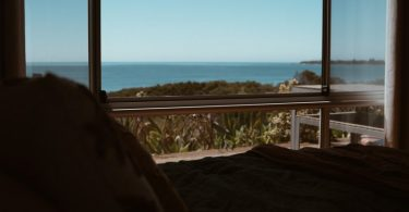 apartament amb balcó i vistes a la mar